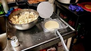 Degen pressas till en taco i en tortillapress.