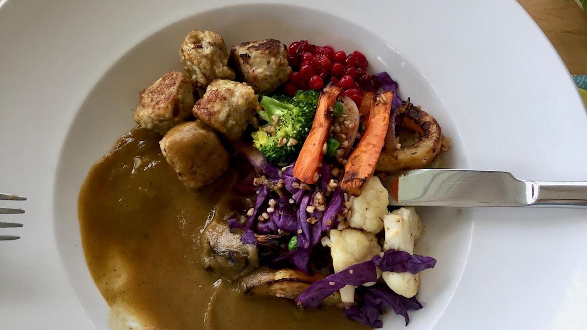 Dagens lunch: Köttbullar med brunsås och rostade grönsaker.