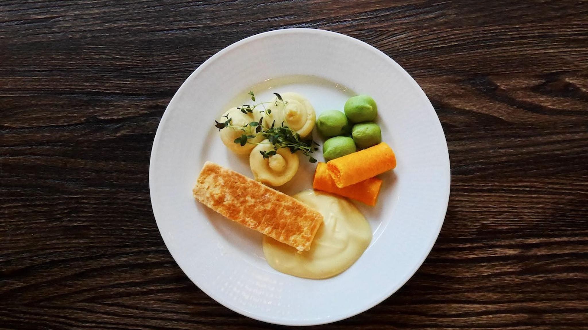 Mat med väldigt lite munkänsla: Laxtimbal med potatismos, morots- och ärttimbal och hollandaise.