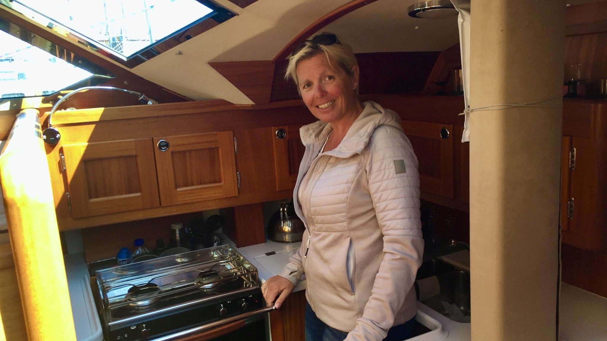 Liv Bryngelsson tipsar om hur man får det lilla köket ombord att fungera bäst.