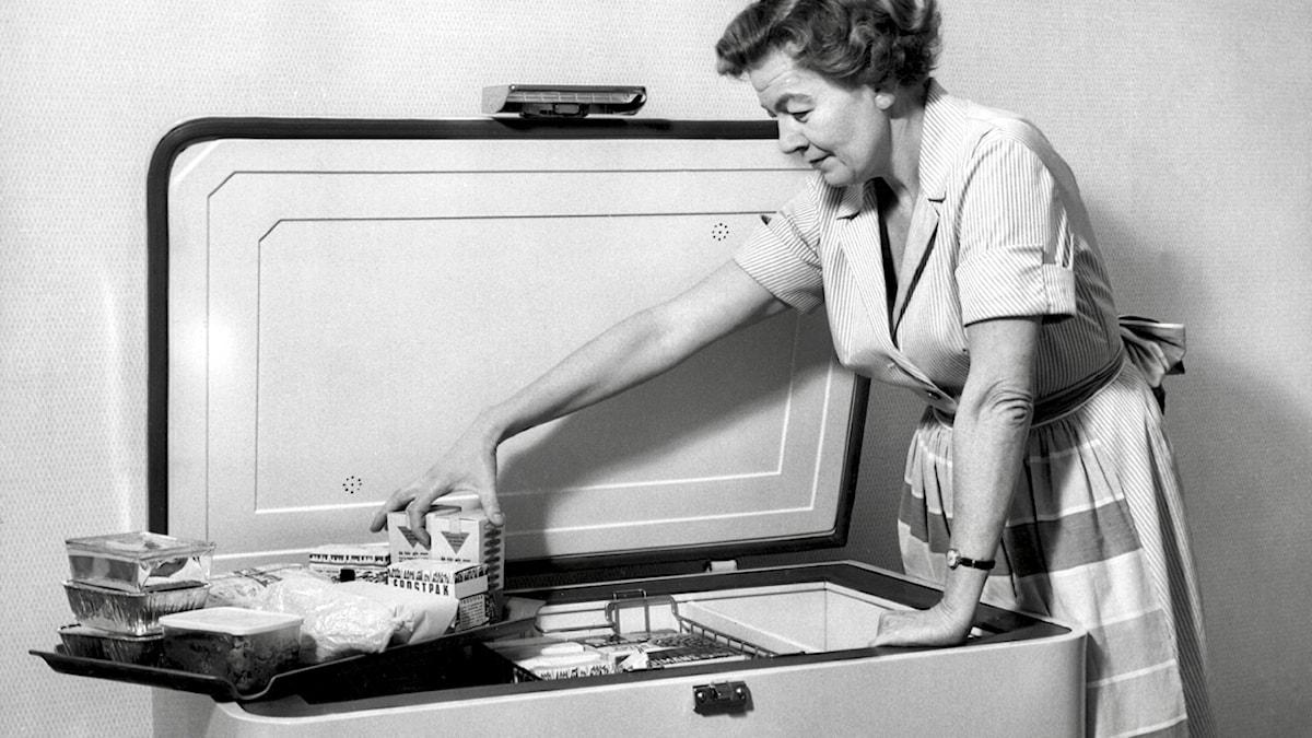 På 1950-talet blev det vanligare med frysbox i Sverige. Bilden är från 1959.