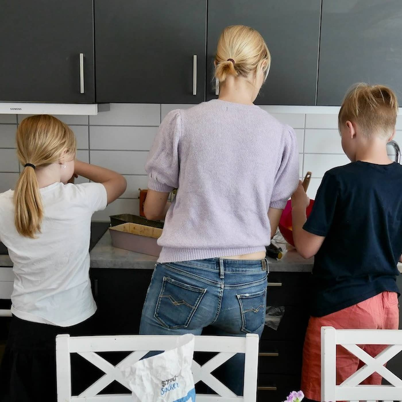 De reser utomlands en gång i veckan. I köket.
