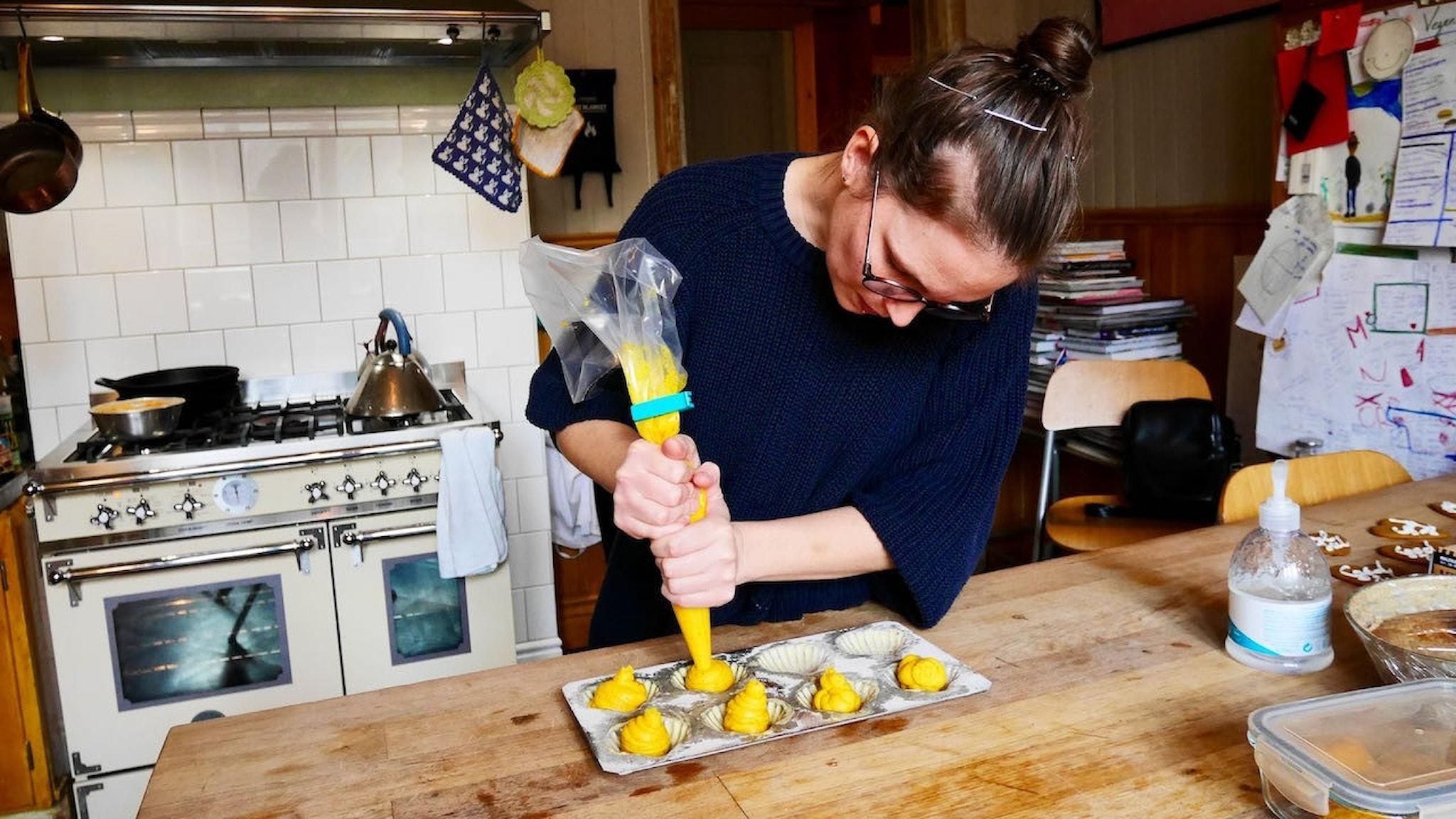 Karolina Tegelaar gör madeleines. Ha en sprits med smet i kylen, spritsa ut i formen och baka av när gästerna anlänt (eller när suget faller på).