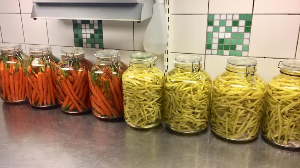 Till vänster: Morötter som fermenteras med vatten och salt. Till höger: vaxbönor.