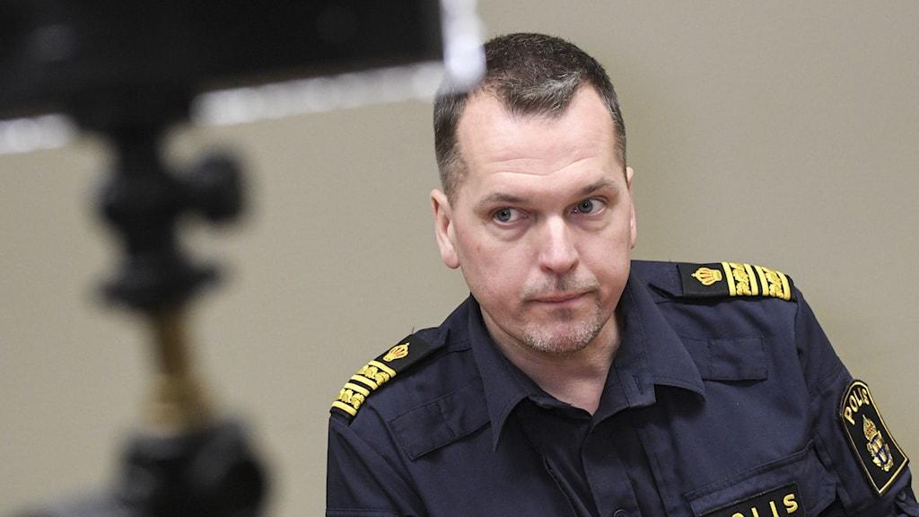 På bilden ser man Mats Karlsson, chef för polisens underrättelsenhet i Region Syd. Han är kortklippt och bär blå uniformsskjorta.