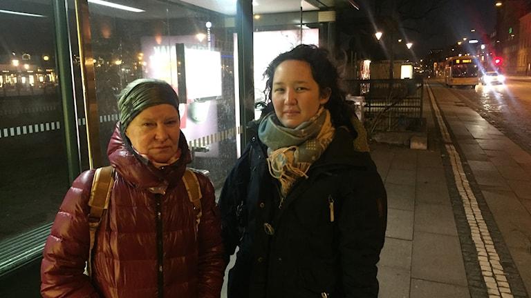 Pendlarna Katrin och Marie väntar på ersättningsbussar på Malmö C efter Urd.