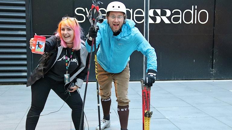 Reporter Hanna Palm och rullskidåkaren Ola Selmén på väg ut för att rulla in mer pengar till Världens barn. Foto: Hans Zillén/Sveriges Radio.