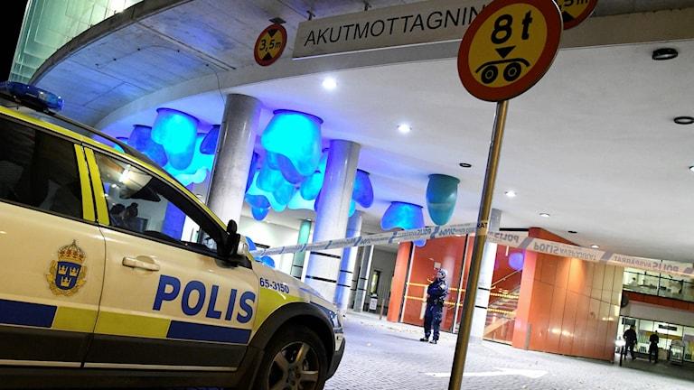 Polis vid akuten i Malmö.