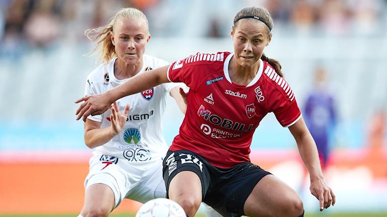 Elisa Lang Nilsson IF Limhamn Bunkeflo och FC Rosengårds Ebba Wieder i kamp om bollen. Foto: Andreas Hillergren/TT