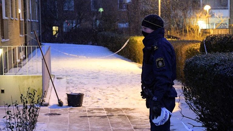 Polis på plats på Roskildevägen vid Pildammsparken i centrala Malmö efter att en man som jobbade med att skotta snö har skjutits. Foto: Johan Nilsson/TT