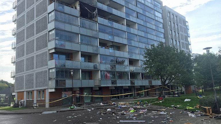 En dog i explosionsartad brand i höghus på Närlunda i Helsingborg. Foto: Anna Hanspers/Sveriges Radio.