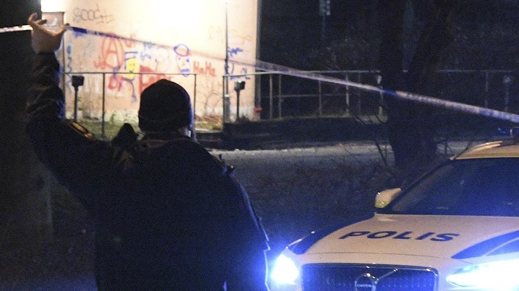 polis håller upp band