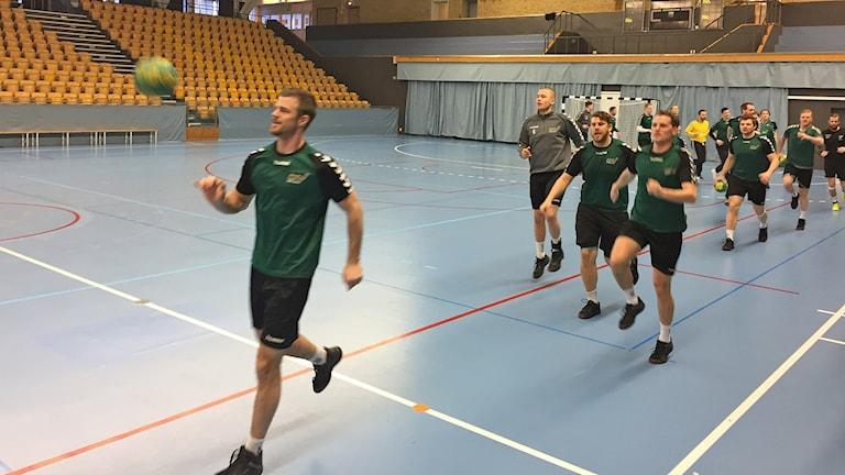 Handbollslaget OV Helsingborg tränar på vägen mot högsta serien. Foto: Anna Hanspers/Sveriges Radio.