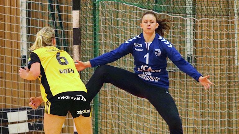 H65-målvakten Jessica Ryde testas av Sävehofs Ida Odén. Foto: Nils-Åke Åkesson.