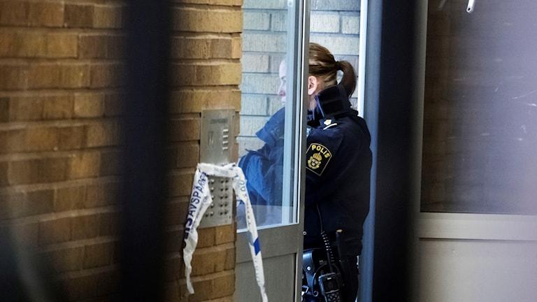 Polis på plats efter detonation på Möllevången i Malmö. Foto: Johan Nilsson/TT.