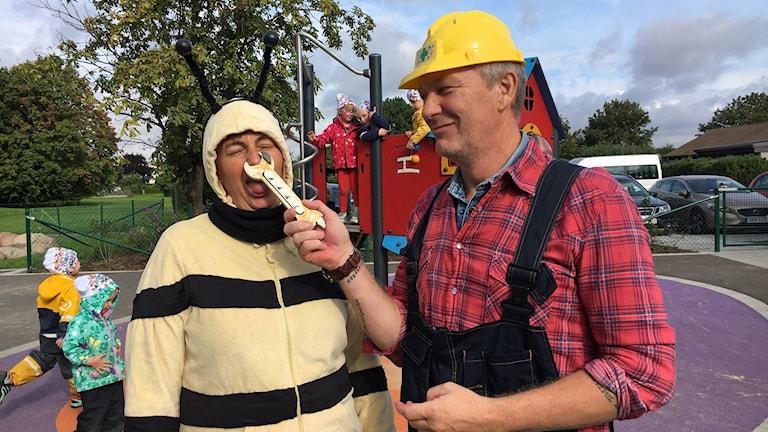 Förskolans personal är utklädda till Biet och Byggare Bob.