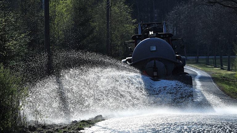 Helikopter som hämtar vatten ur en sjö.