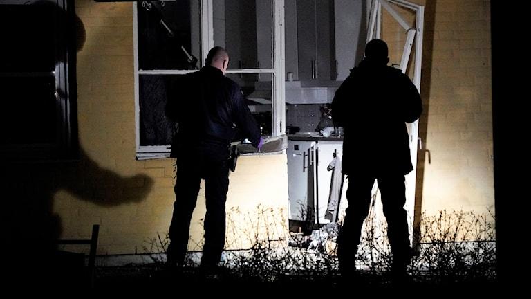 Polisens bombtekniker undersöker natten till onsdagen skadorna efter en explosion i området Dalhem i Helsingborg. Flera lägenheter skadades vid explosionen.  Foto: Johan Nilsson / TT