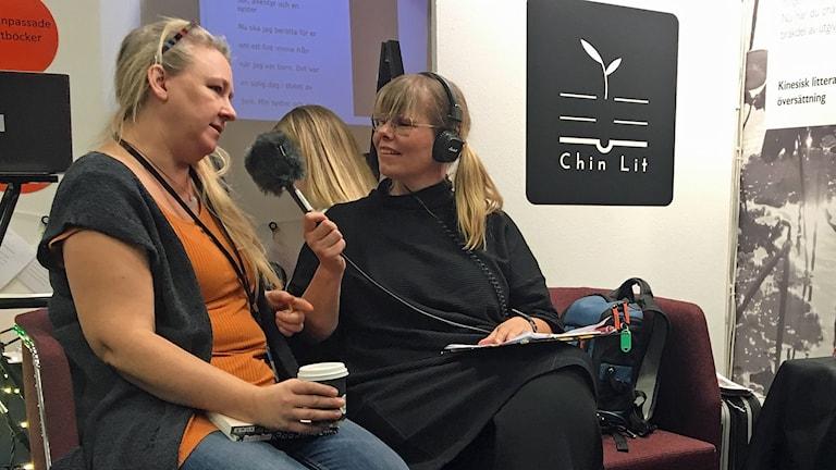 Programledare Sofie Ericsson intervjuar Eva Ekeroth på bokmässan i Göteborg. Foto: Tobias Wallin/Sveriges Radio.