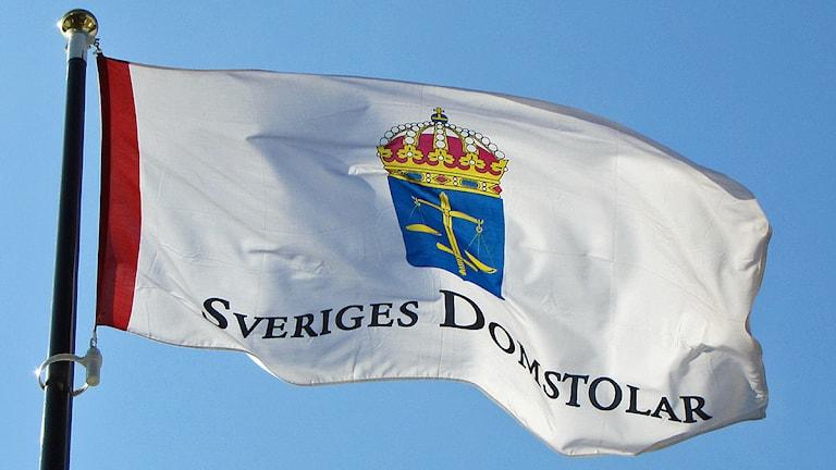 Sveriges domstolar, flagga vid hovrätten i Malmö. Foto: Karin Olsson-Bendix/SR
