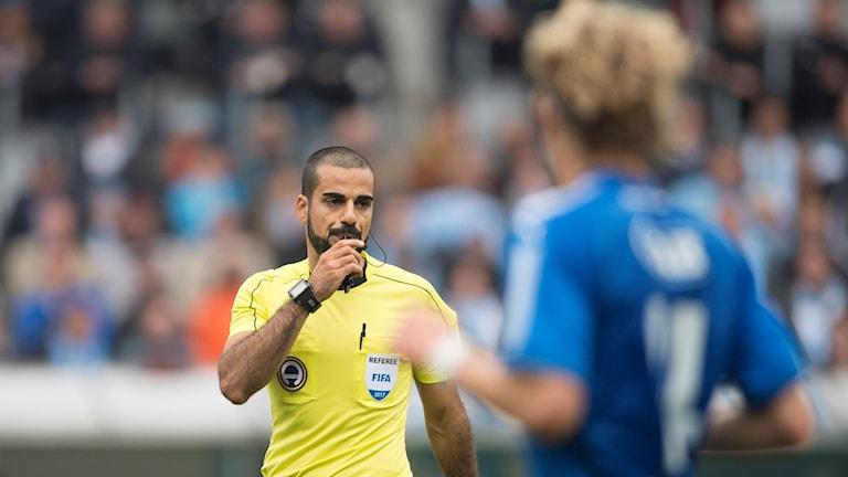 Domare Mohammed Al-Hakim under matchen mellan Malmö FF och Halmstads BK, före vilken ett matchfixningsförsök ska ha gjorts. Foto: Björn Lindgren/TT.
