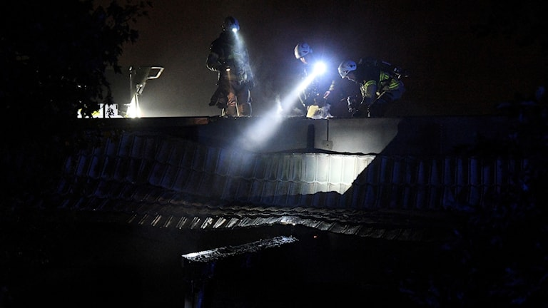Räddningstjänst på plats på taket på ett gymnasium i Limhamn i Malmö som eldhärjats natten till onsdagen. Foto: Johan Nilsson/TT