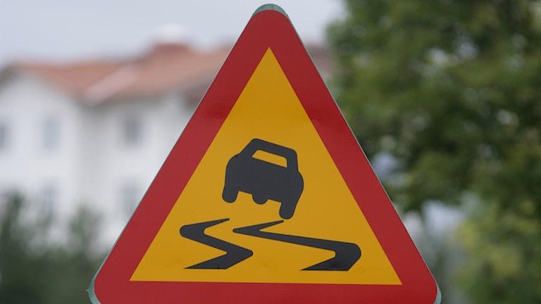 En vägskylt varnar för halka. Foto: Fredrik Sandberg/Scanpix