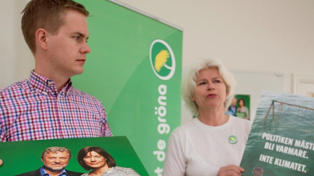 Gustav Fridolin och Karin Svensson-Smith håller i valaffischer.