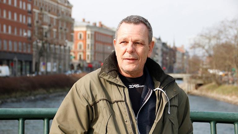 Bild på Harald vid kanalen i Malmö.
