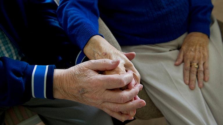 En parboendegaranti skulle göra det lättare för äldre par att hålla ihop när den ena måste flytta till särskilt boende. Foto: Jessica Gow/TT
