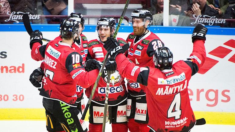 Malmös Robin Alvarez, Rhett Rakhshani, Andy Miele, Jens Olsson och Tuukka Mäntylä efter tisdagens ishockeymatch i SHL mellan Malmö Redhawks och Frölunda HC på Malmö Arena. Foto: Emil Langvad/TT