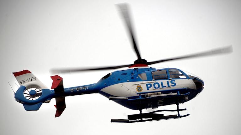 Polishelikopter sätts återigen in i arbetet med att minska anlagda bränder och ungdomsbrott i Helsingborg. Foto: Hasse Holmberg/Scanpix