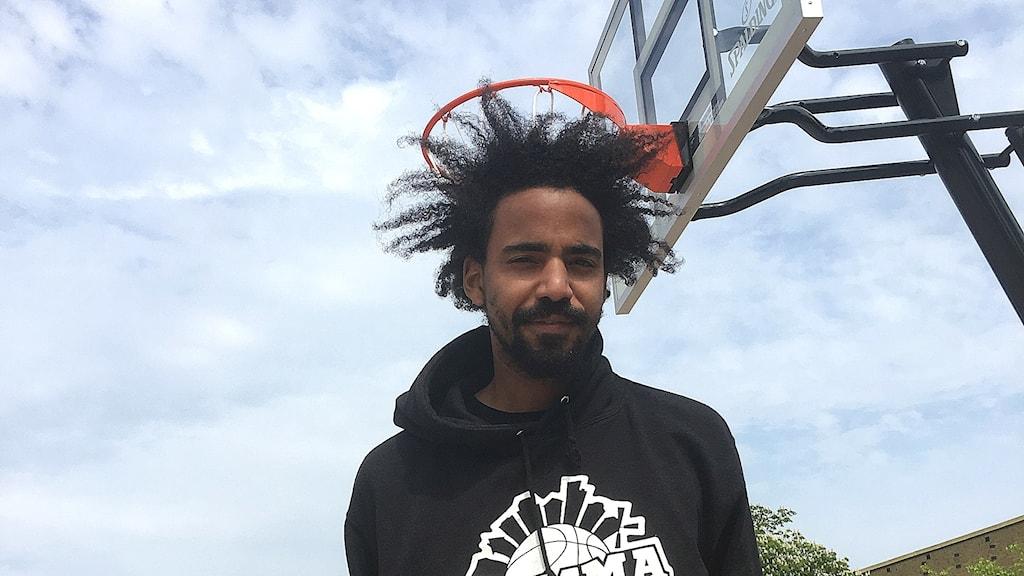 """Sune Conta, en av ledarna för basketprojektet """"Hemmaplan""""."""