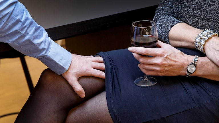 En man lägger sin hand under en kvinnas kjol.