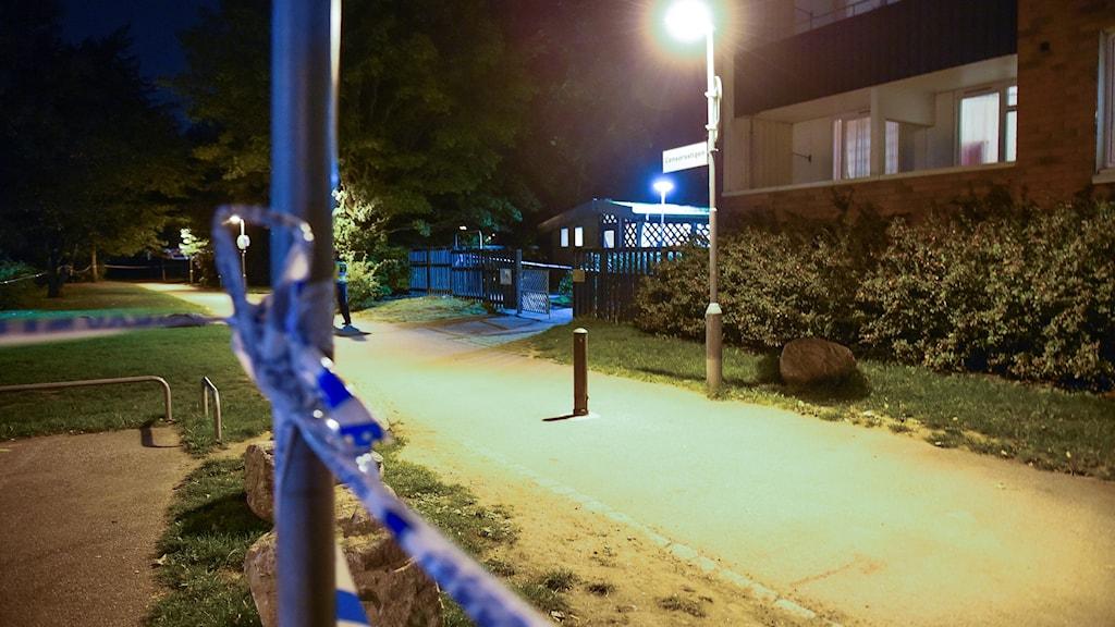 Polisens avspärrningsband i området där skottlossningen i Malmö skedde.