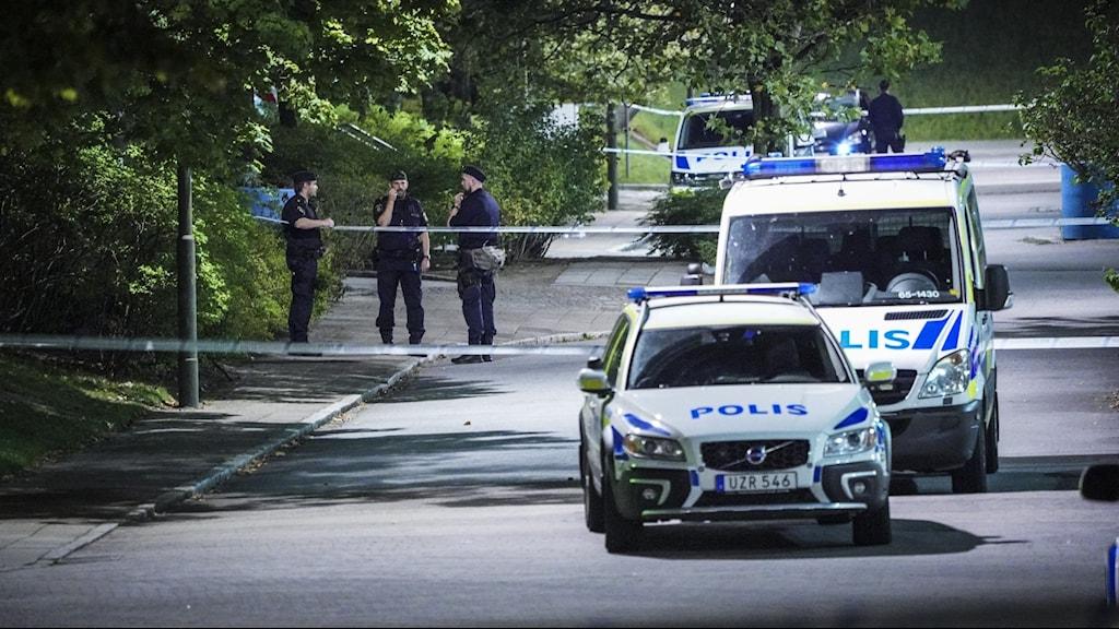 Polis vid avspärrning vid den plats i stadsdelen Kroksbäck i Malmö där en man i 20-årsåldern hittades skjuten på måndagskvällen