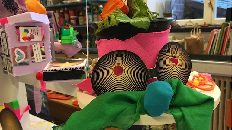 En färgglad skapelse på konstbiennalen för barn.