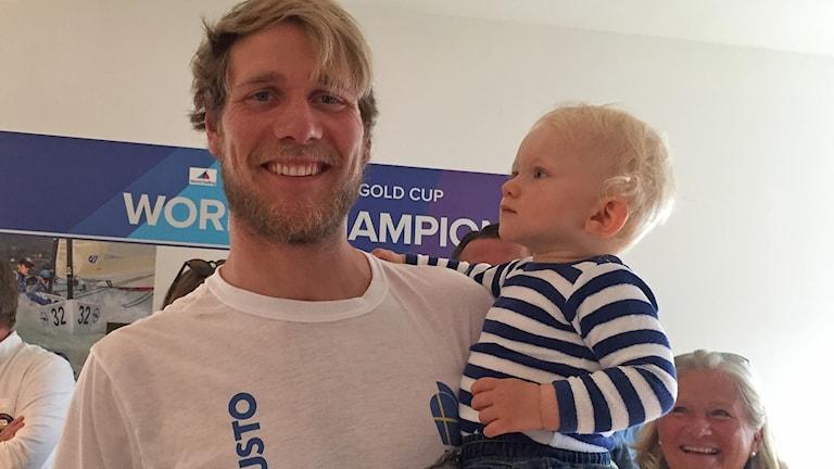 Max Salminen, världsmästare i finnjollesegling, här med sonen Hector. Foto: Elinor Strand/Sveriges Radio.