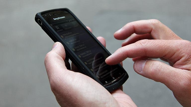 Man söker på en androidtelefon. Foto: Karin Olsson-Bendix/SR