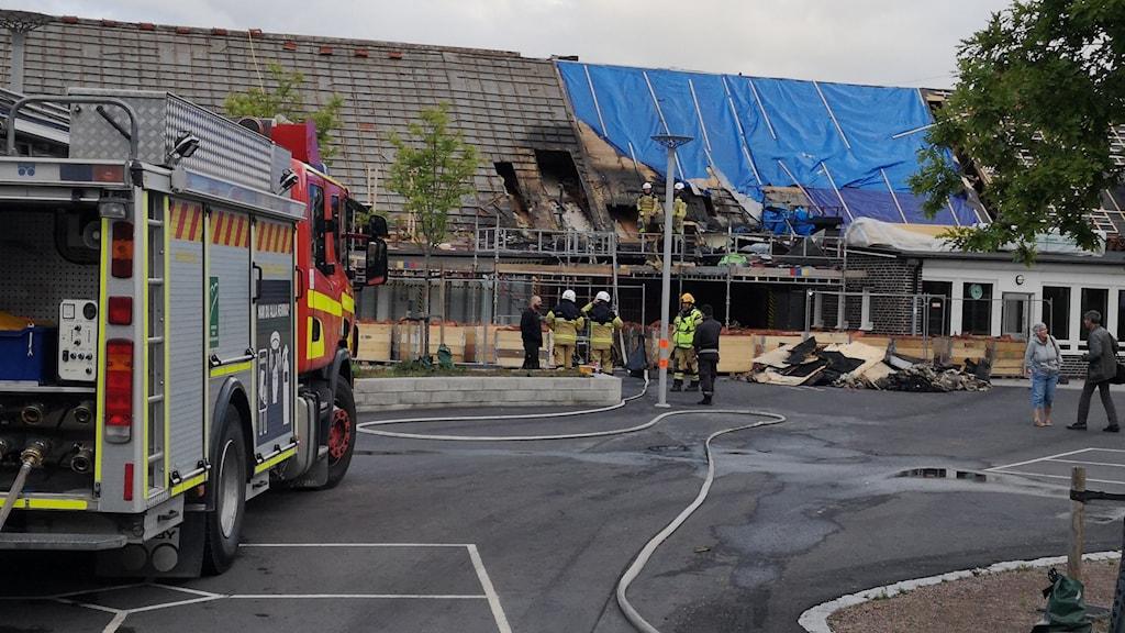 Räddningstjänsten vid brandskadad skola.