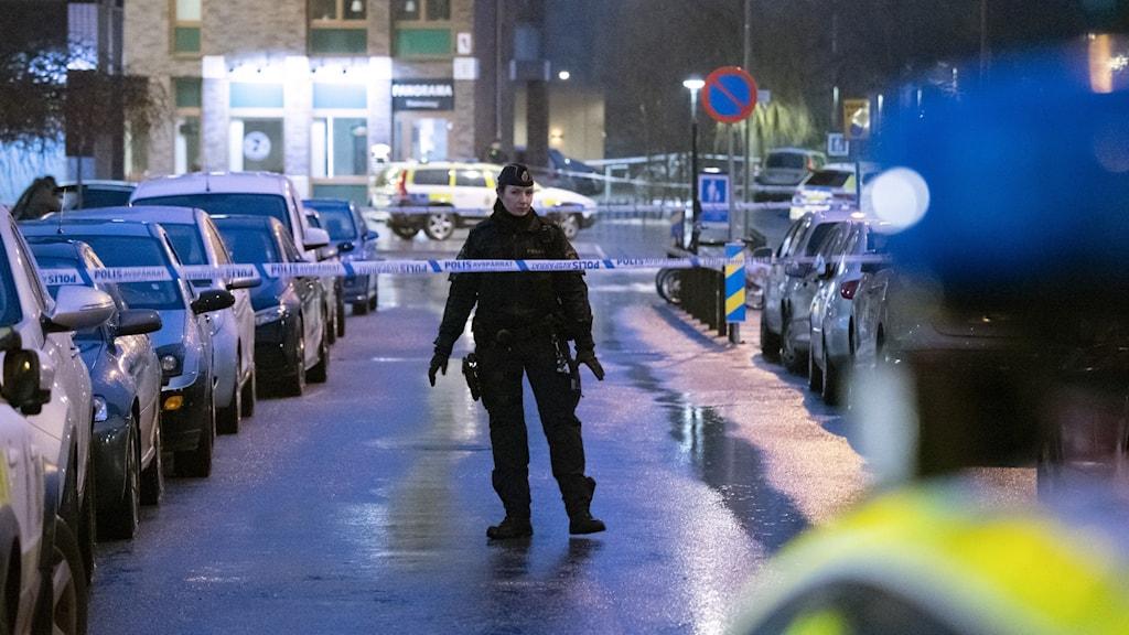 Polis och avspärrningar på Snödroppsgatan på Holma.