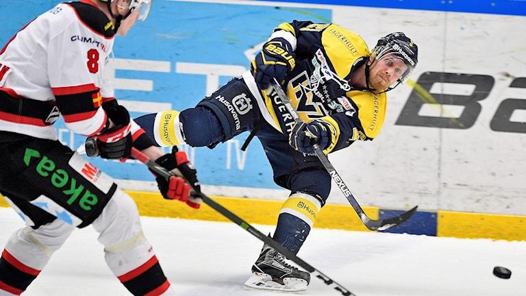 Malmös Lars Bryggman mot HV71s Mattias Tedenby under semifinal 1 i bäst av 7 i SHL mellan HV71 och Malmö Redhawks i Kinnarps Arena i Jönköping Foto: Mikael Fritzon/TT
