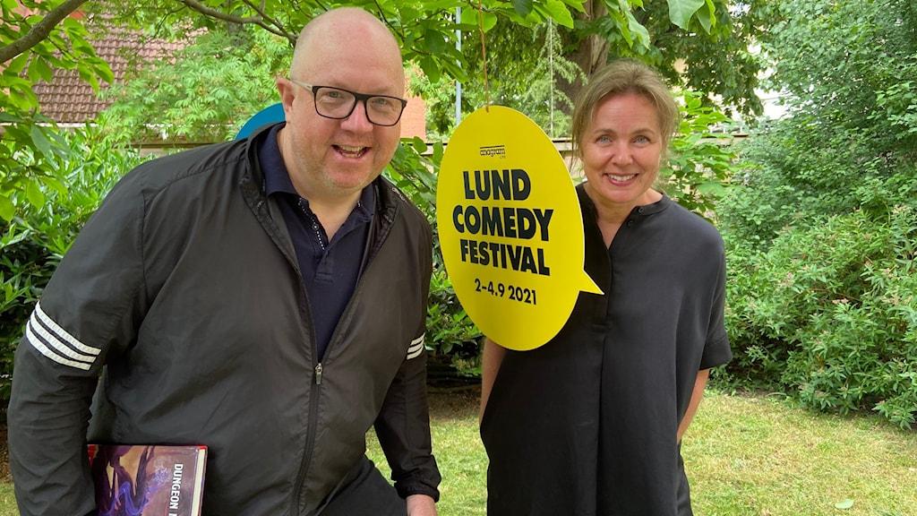"""Glad man och glad kvinna med skylt där det står """"Lund comedy festival"""""""