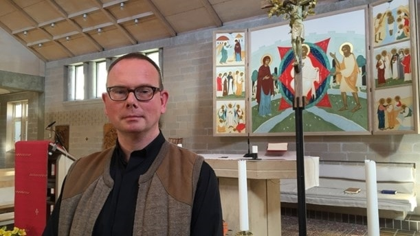Pater Johan Lindén vid katolska kyrkan i Lund. Foto: Anna Bubenko/Sveriges Radio.