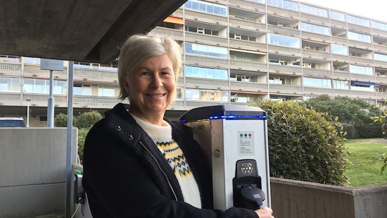 Kristin Nilsson, chef för affärsutveckling hos Helsingborgshem har märkt att efterfrågan på att kunna ladda sin elbil där man bor, ökar.