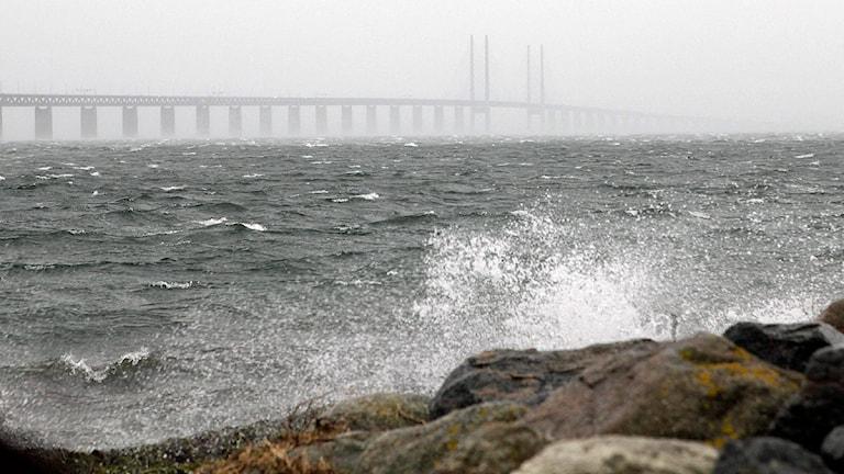 MALMÖ 2011-11-27 Stormpiskat hav med Öresundsbron i horisonten i Malmö på söndagen. SMHI har utfärdat en klass 3-varning på grund av storm- och orkanbyar i Skåne och Halland den första advent. Foto: Drago Prvulovic/Scanpix