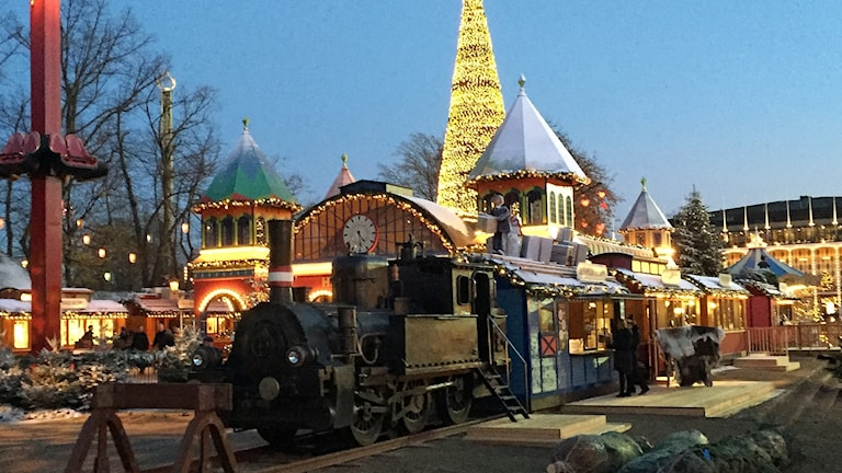 En järnvägsstation och två stora tågset med ånglok som väger ett ton vadera har byggts upp framför Tivolis utomhusscen. Foto: David Richter/Sveriges Radio