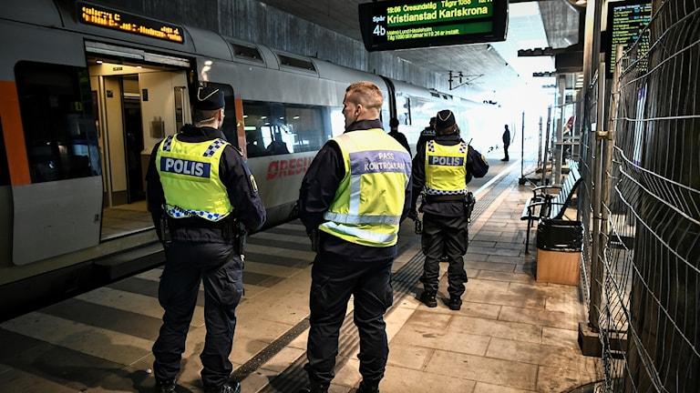 Polis vid gränskontrollen vid Hyllie tågstation i Malmö. Foto: Johan Nilsson/TT