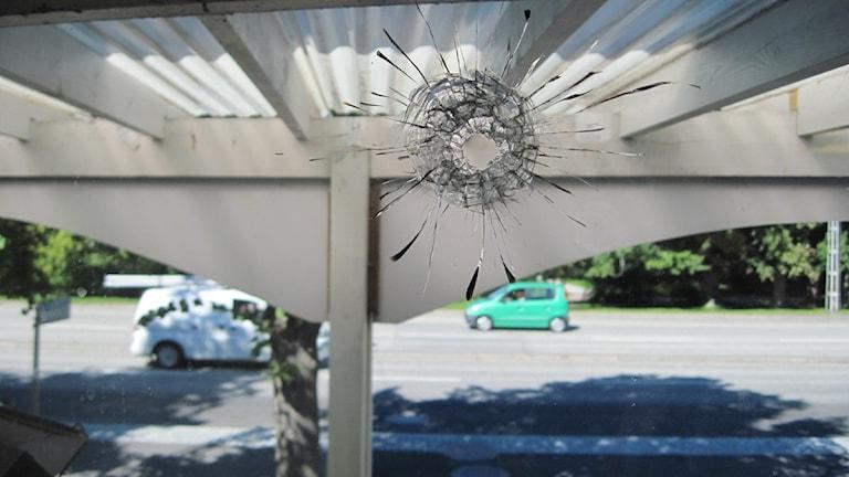 Skotthål på ett av Aq-va-kuls fönster.