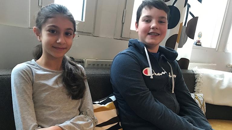 Celine Yassin, 12 år, sitter i en soffa bredvid Jack Jonsson, 12 år.